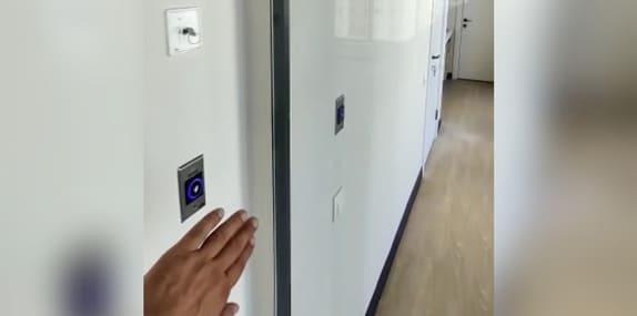 Автоматическая раздвижная дверь Dormakaba с бесконтактной кнопкой-активатором